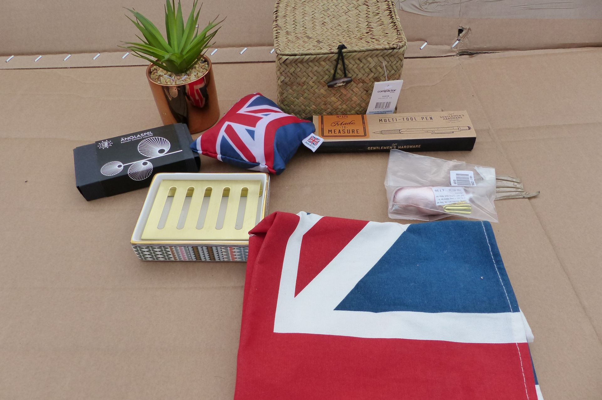 8 items to include shopping bag, artificial plant, soap dish and much more