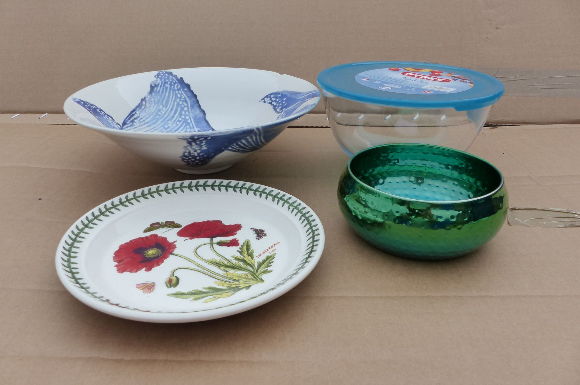 4 items to Inclues large serving bowl and Pyrex bowl