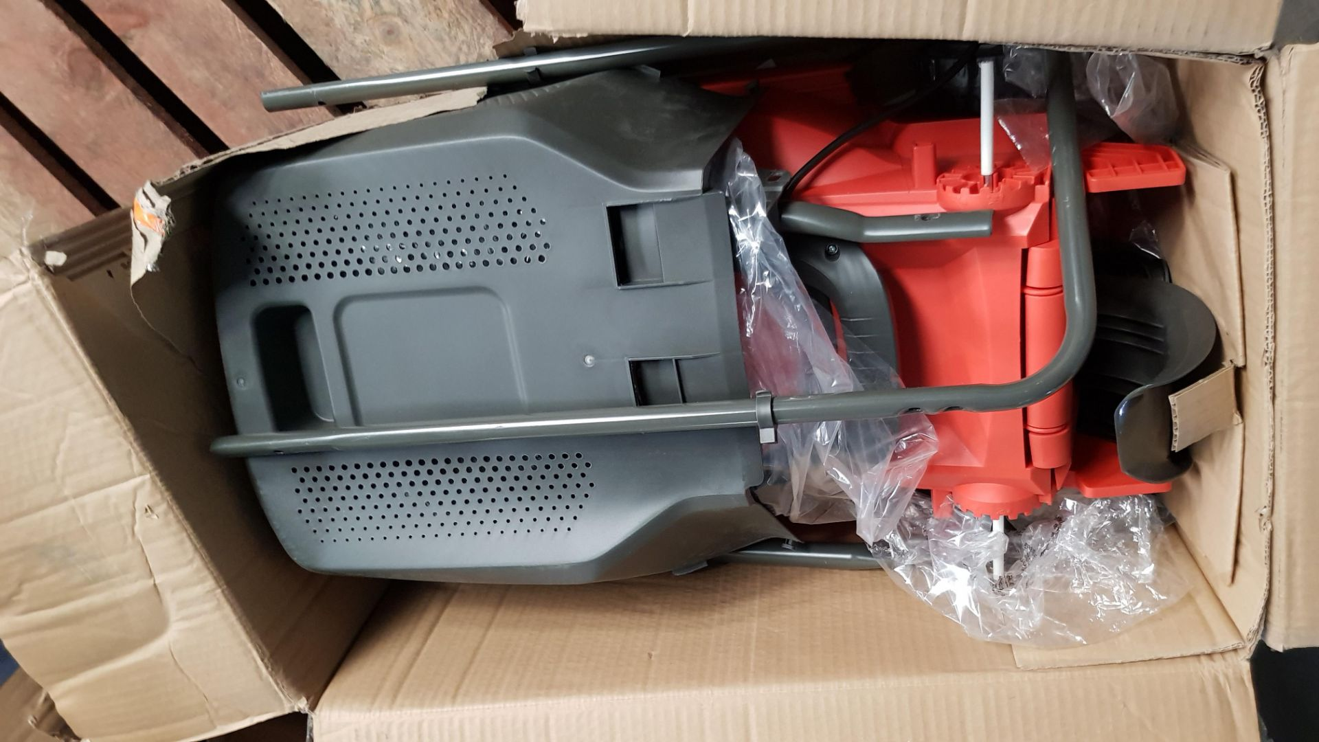 (P3) 1x Flymo EasiStore 340R. RRP £115.00. (Damaged Box – Contents Appear Clean, Unused). - Image 5 of 5