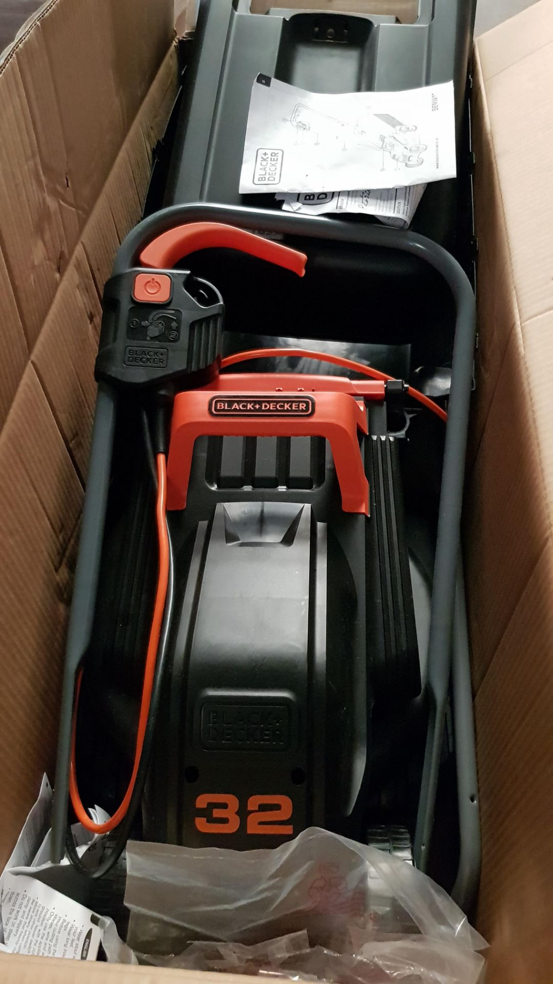 (P5) 1x Black & Decker 32cm 1000W Corded Lawn Mower. Contents Appear Clean, Unused. (Please Note – - Image 5 of 5