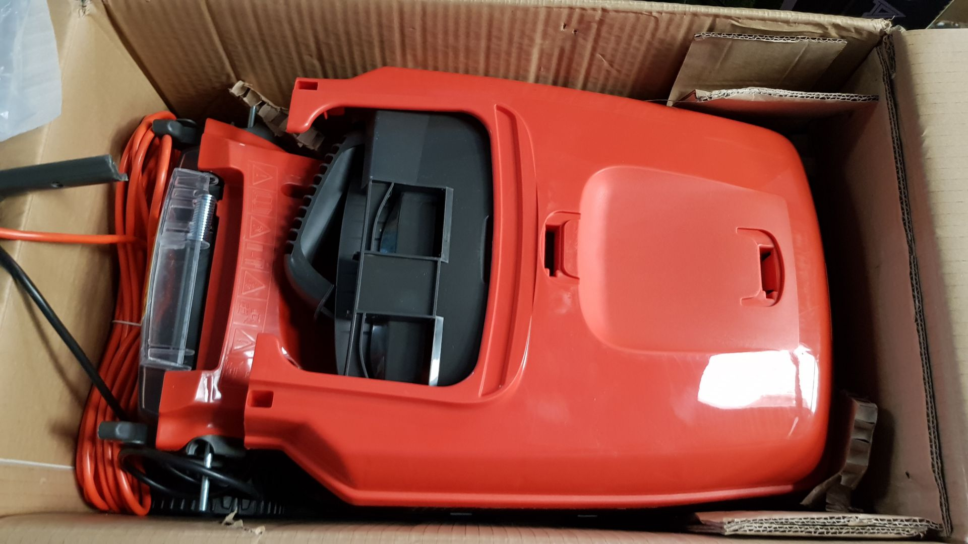 (P3) 1x Flymo Chevron 32V Lawn Mower. Contents Appear As New, Clean & Unused. - Image 5 of 5