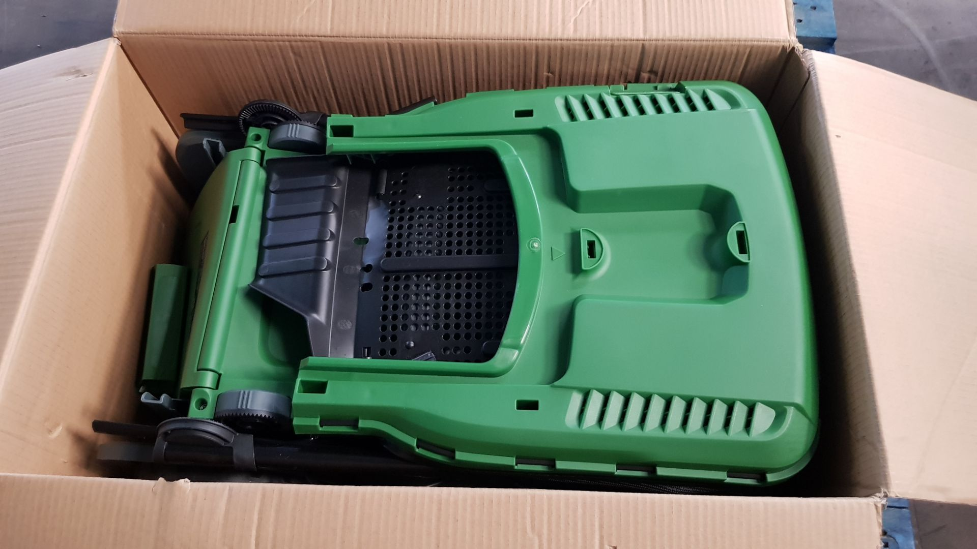 (P8) 1x Powerbase 41cm 1800W Electric Rotary Lawn Mower RRP £119. Contents Appear As New – Clean, - Image 4 of 5