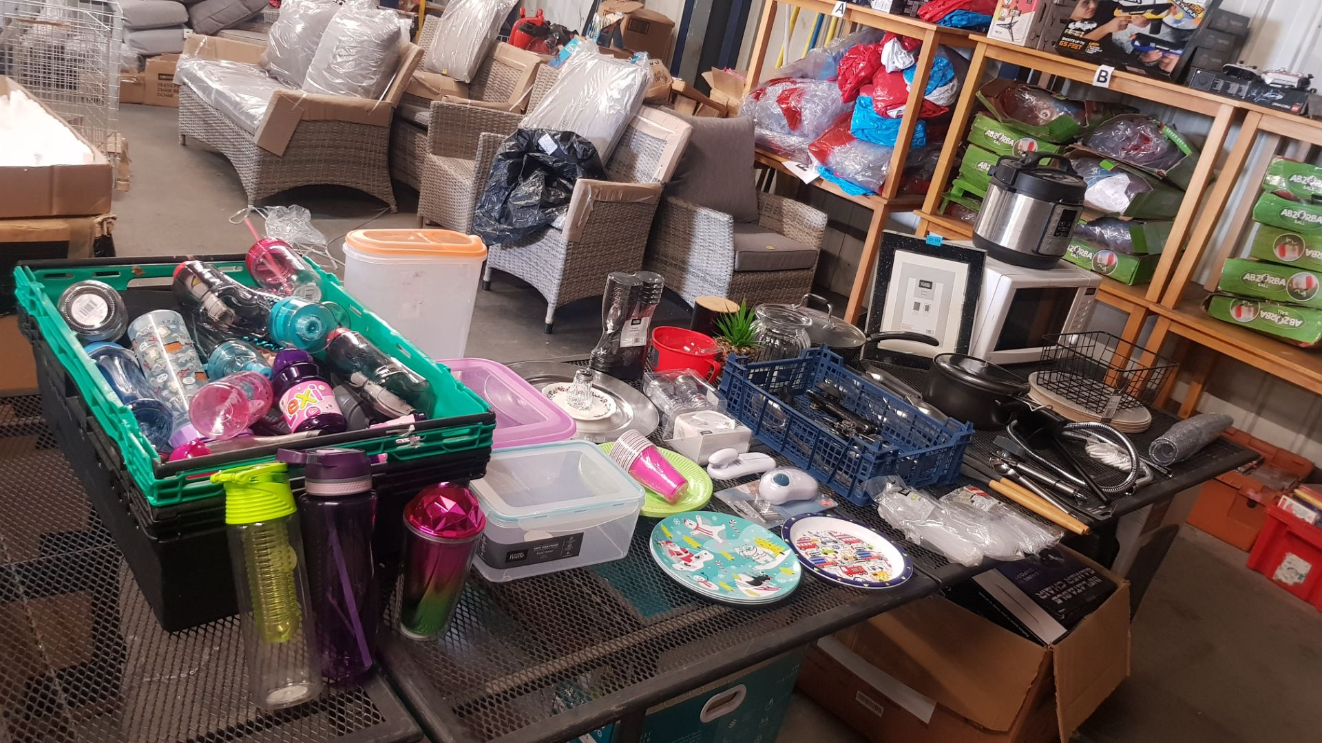 Jobbers Mixed Lot. To Include Plastic & Thermos Drinking Vessels. Plastic Storage Containers. Mixed