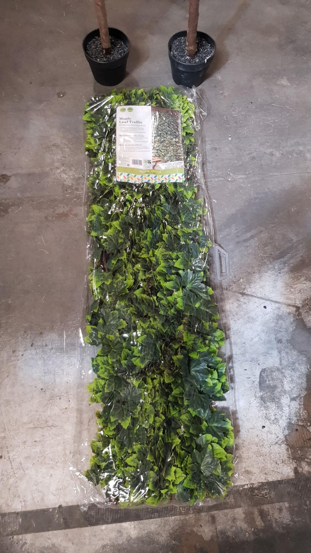 (4P) 3x Garden Items. 2x Artificial Olive Tree (With Tags) RRP £39 Each. 1x Maple Leaf Trellis (Sea - Image 5 of 6