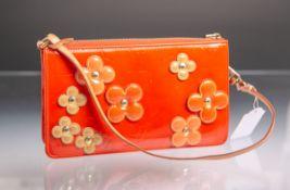 Kl. Tasche von Louis Vuitton, orangenes Lackleder m. aufgenieteten Lederblüten, ca. 12,5 x 20,5