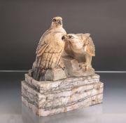 Hamburger, Pn. (wohl 1930er Jahre), Adlerpaar auf Felssockel, Marmor, Adlerauge aus farbigem Glas
