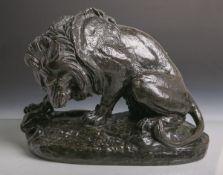 Barye, Antoine-Louis (1796 - 1875), Löwe m. Schlange, Bronze, dunkel patiniert, am Sockel sign.,