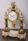 Portikusuhr, Uhrmacher Hipolite Lapret (Frankreich, 18. Jh.), aus weißem u. schwarzem Marmor u.