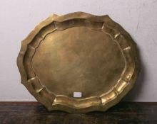 Flache Schale aus Messing (wohl 18. Jh.), handgearbeitet, ovale Form, der Rand gewellt u. doppelt