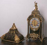 Boulle-Uhr (Frankreich, 18. Jh.), 3-seitig verglastes Holzgehäuse, Schildpatt u. Messing,