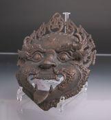 Dämonen-Maske (China, Meiji-Zeit, Ende 19. Jh.), Bronze patiniert, Mund, Kopfschmuck sowie