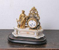 Kaminuhr (wohl Frankreich, 19. Jahrhundert), wohl Bronze, feuervergoldet, figürlicher Aufsatz,