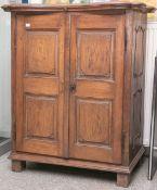 Kl. Beistellschrank aus der Barockzeit (wohl 1740/70), Eichenholz massiv, in der Schaufront 2-