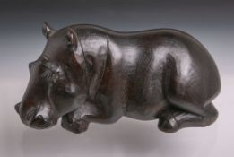 Holzschnitzarbeit (Alter u. Herkunft unbekannt), Figur eines liegenden Nilpferdes, Tropenholz