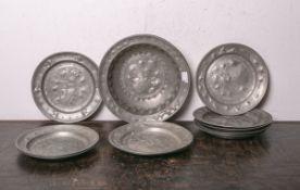 Konvolut von insg. 11 Tellern aus Zinn (wohl 19. Jh., Historismus), davon 1x Schale m. hohem Rand,