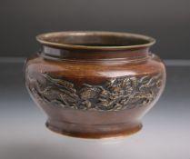 Bronzeschale (wohl China, 18./19. Jh.), umlaufende Reliefdarst. eines Drachens u. chin.