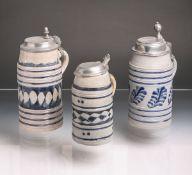 Konvolut von 3 Walzenkrügen aus grauem Steinzeug (18./19. Jh.), umlaufende blaue Bemalung in Form