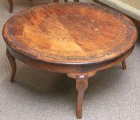 Teetisch (wohl Saudi-Arabien, nach 1945), Holz geschnitzt, teils m. Messing intarsiert, auf 4