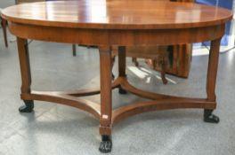 Seltener ovaler Tisch (im Stil des Biedermeiers), Nuß furniert, geschwungene Beine m.