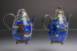 2 kl. Teekännchen (China, wohl 19. Jh.), in Cloisonné-Technik gearbeitet, 1x Drachendekor, 1x
