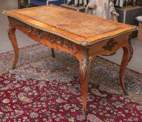 Bureauplat (Frankreich, im Stil Louis XV., 19./20. Jh.), elegante Formgebung aus edlem Holz, m.