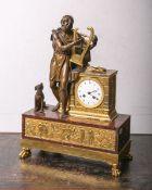 Empire-Tischuhr m. figürlichem Aufsatz, Bronze, partiell feuervergoldet, rechteckiger Sockel aus