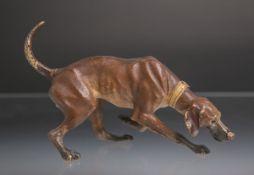 Darstellung eines Jagdhundes bei der Nachsuche (wohl Wiener Bronze), farbig gefasst. L. ca. 20 cm.