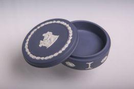 Flache Deckeldose (Wedgwood, England, Pressmarke), Jasperware, aufgelegtes weißes Bisquitporzellan-