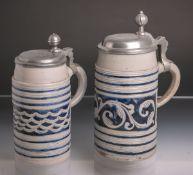 2 Walzenkrüge (18. Jh.), graues Steinzeug, umlaufendes Ritzdekor u. blaue Bemalung in Form von