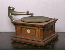 """Originales Grammophon (um 1900), Herst. """"Deutsches Grammophon. Aktiengesellschaft. Trade Mark"""","""