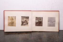 """Reisealbum (um 1880), rot geprägter Leineneinband, geprägte Goldschrift """"Album"""", Fotos einer"""