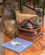 Altes Grammophon (wohl um 1900),