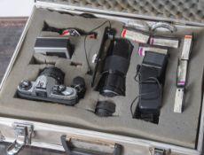 Fotoausrüstung im Aluminiumkoffer,