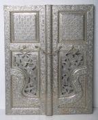 Wanddekoration (wohl 20. Jh.), zwei verschlossene Fensterläden