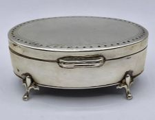 A hallmarked silver pill box, with makers mark E S Barnsley & Co, Birmingham 1912.