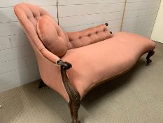 A chaise lounge with pink velvet upholstery and mahogany turned legs (H90cm W172cm D77cm)