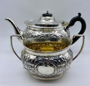 A silver teapot and sugar bowl (875g) hallmarked for London 1905 by Goldsmiths and Silversmiths Co.