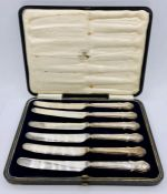 A Boxed set of Mappin and Webb silver handled butter knives, hallmarked for Sheffield 1918.