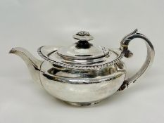 A Georgian silver teapot with indistinct hallmarks (545g)