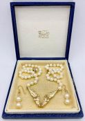A Pearl necklace with 9 ct gold horse head pendant on a clasp marked 585. (Approximate weight of