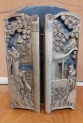 A wooden carved triptych screen in Chinese style, (30x40 cm fully open).