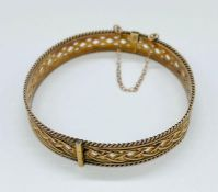 A 9ct gold bangle with safety chain (Total Weight 16.3g)