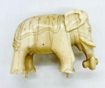 An ivory elephant L 7cm x H 6cm