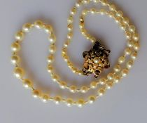 A graduated string of cultured pearls, (largest 6mm, smallest 3mm) with pearl cluster clasp, 40 cm,