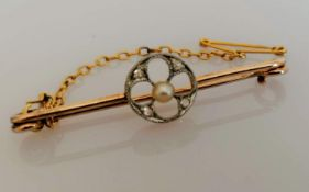 An Edwardian gold brooch with pearl and diamond decoration, safety chain, 4 cm, unmarked but tests
