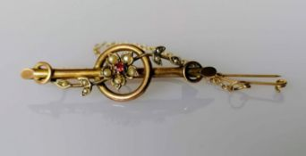An Edwardian yellow gold brooch with garnet and seed pearl decoration, 45mm, stamped, 2.94g