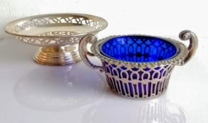 An Edwardian silver pierced sugar bowl with blue glass liner by Samuel M Levi, 1905, 6.5 H cm and