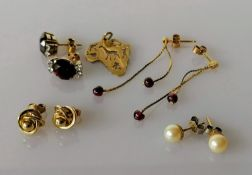 Four pair of earrings, all 9ct gold and a pendant in the shape of Africa, all stamped, 8.33g (5)
