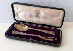 A George V cased silver King's pattern spoon and fork by Walker & Hall, Sheffield, 1915, 15 cm, 72g