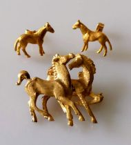 A gold brooch depicting two prancing horses, unmarked, tests for 14ct, 35 x 40mm, 11.47g and a